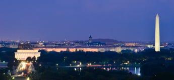 Washington DC-Skyline nachts, einschließlich Lincoln Memorial-, Washington Monument- und Arlington-Denkmal-Brücke Stockbilder