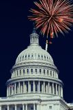Washington, DC U.S.A., il 4 luglio, fuochi d'artificio accende i cieli sopra il Campidoglio degli Stati Uniti Fotografia Stock