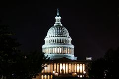 Washington, DC, USA E US-Kapitolgebäude mit Spalten Abschluss oben nacht lizenzfreies stockfoto