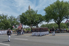 Washington DC, USA - 25. Mai 2015: Marinesoldaten März in der Memorial Day -Parade, die vor Washington Monument überschreitet Stockfotografie