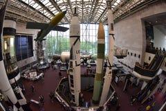 WASHINGTON DC, USA - MAJ 17 2018 - nationell luft och utrymmemuseum mycket av besökare royaltyfri fotografi