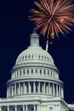 Washington DC USA 4th Juli, fyrverkerier tänder upp himlarna över USA-Kapitolium Arkivbild