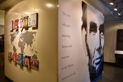 Washington DC, USA Tillträdeskorridor till Abraham Lincoln med den jätte- affischen av presidenten Lincoln Arkivbild
