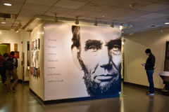 Washington DC, USA Tillträdeskorridor till Abraham Lincoln med den jätte- affischen av presidenten Lincoln Royaltyfria Foton