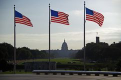 Washington DC, Vereinigte Staaten - 27. September 2017: Kapitol-Gebäude angesehen vom Washington Monument-Flaggenkreis Lizenzfreie Stockfotografie