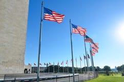 Washington DC, Washington Monument e bandiere degli Stati Uniti in un chiaro cielo Immagini Stock Libere da Diritti