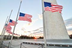 Washington DC, Washington Monument e bandiere degli Stati Uniti in un chiaro cielo Immagine Stock Libera da Diritti