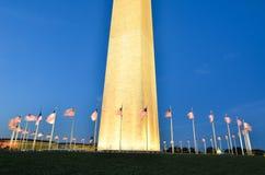Washington DC, Washington Monument e bandiere degli Stati Uniti in un chiaro cielo notturno Immagini Stock