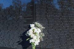 Washington, DC - weiße Blumen auf der Vietnam-Notiz Stockfoto