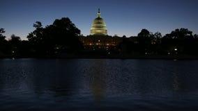 Washington DCcapitool die wijzend op pool bij zonsopgang bouwen stock video