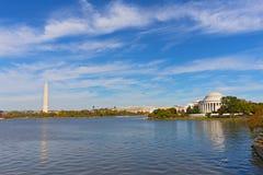 Washington DCpanorama in de herfst met Thomas Jefferson Memorial en Washington Monument stock foto's