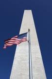 Washington-Denkmal mit Markierungsfahnen Stockfotos