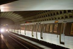 WASHINGTON DISTRICT OF COLUMBIA - APRIL 14: Station för drev för Washington DCtunnelbanagångtunnel på April 14, 2017 Arkivbild