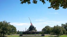 WASHINGTON DISTRICT OF COLUMBIA, USA SEPTEMBER 11, 2015: Iwo Jima minnesmärke som inramas av träd i washington arkivfoton