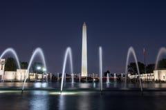 Washington Monument alla notte con le fontane fotografia stock
