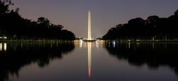 Washington Monument bij nacht wordt verlicht die Royalty-vrije Stock Foto's