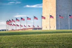 Washington Monument con le bandiere, Washington DC immagini stock