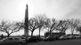 Washington Monument contra o tráfego e o ônibus grande fotografia de stock royalty free