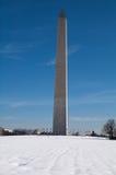 Washington Monument dans la neige image stock