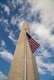 Washington Monument, das mit US-Flagge ansteigt Lizenzfreie Stockfotos