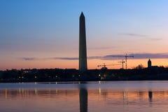 Washington Monument en el amanecer con horizonte de la ciudad en fondo Imágenes de archivo libres de regalías