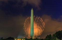 Washington Monument et feux d'artifice Image stock