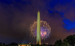 Washington Monument et feux d'artifice Photographie stock libre de droits