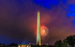 Washington Monument et feux d'artifice Photos stock