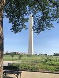 Washington Monument Frames avec des feuilles Photos libres de droits