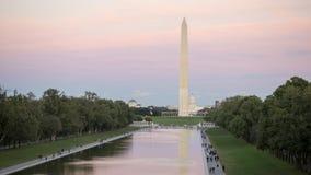 Washington Monument i i stadens centrum Washington, DC, USA Den varma aftonen folk går och spelar sportar royaltyfria foton