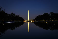 Washington Monument la nuit avec la réflexion images libres de droits