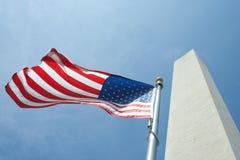 Washington monument med flaggan Fotografering för Bildbyråer