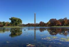 Washington Monument met bezinning over meer Stock Foto's