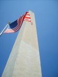Washington-Monument mit amerikanischer Flagge Stockfotografie