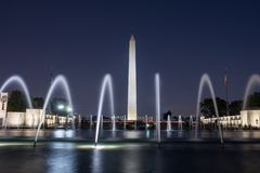 Washington Monument na noite com fontes fotografia de stock
