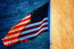 Washington monument och amerikanska flaggan Fotografering för Bildbyråer