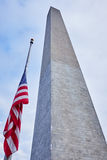 Washington monument och en flagga Royaltyfri Bild