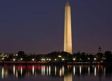 Washington Monument och stadsljus Arkivfoton