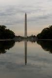 Washington Monument a penombra un giorno nuvoloso Fotografie Stock