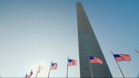 Washington Monument tegen de blauwe hemel stock videobeelden
