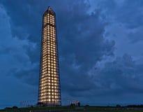 Washington Monument tijdens een onweer stock foto's