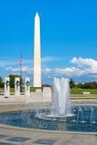 Washington Monument und das Denkmal des Zweiten Weltkrieges in Washin Stockfotos