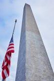 Washington-Monument und eine Flagge Lizenzfreies Stockbild