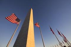 Washington Monument und US-Flagge Lizenzfreies Stockfoto