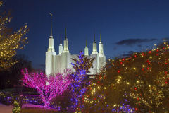 Washington Mormon Temple med julljus Arkivbild