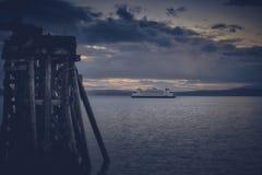 Washington State Ferries och de olympiska bergen royaltyfri foto