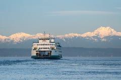 Washington State Ferry en Olympische Bergen Stock Afbeelding
