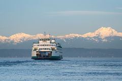 Washington State Ferry et montagnes olympiques Image stock