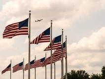 WASHINGTON USA - AUGUSTI 25, 2017: Flera USA flaggor och en airp arkivfoto