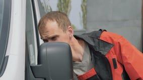 Washman παράθυρο στιλβωτικών ουσιών αυτοκινήτων και καθρέφτης του αυτοκινήτου απόθεμα βίντεο